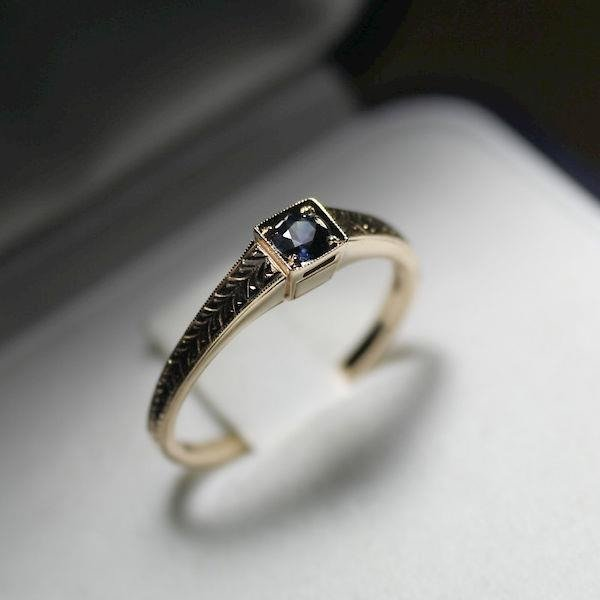 de3226384939c3 Subtelny i nietuzinkowy pierścionek z szafirem 0.15 ct , złoto żółte ...